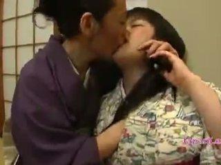 एशियन टीन में kimono gets उसकी टिट्स licked