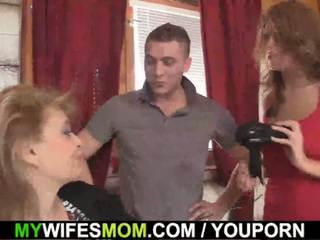 Girlfriends quente mãe inlaw takes ele a partir de atrás