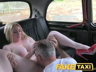Faketaxi blondynka ślicznotka z wielki cycki gets piękne wytrysk w taxi