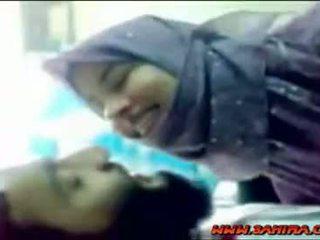 Schattig hijab shows haar lichaam