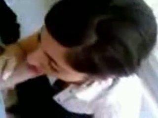 Turecké dievča s príťažlivé prsia giving hlava