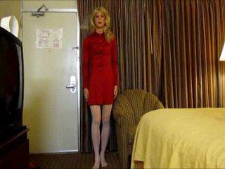 Blondýnka crossdresser masturbates s hračka