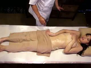 Kolegj vajzë reluctant orgazëm nga masseur