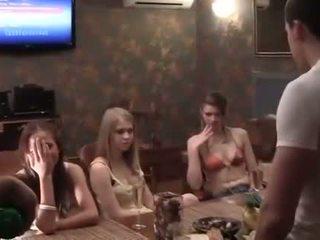 Two cocks voor een dronken hogeschool party meisje
