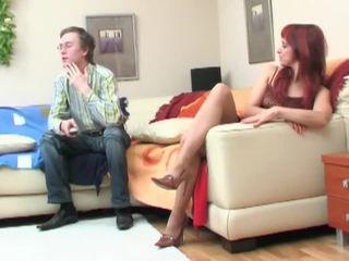 Nerd seduced przez redheaded mamuśka