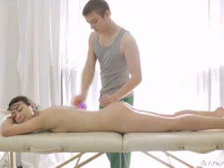 18 virgin sex: úchvatné bruneta násťročné gets massaged a fucked