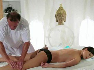 Gros seins brunette gets poitrine massage