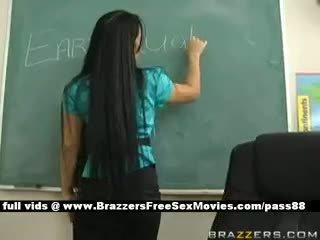 Busty bruneta učitel na školní going přes an earthquake