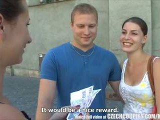 Чешка couples молодий пара takes гроші для публічний вчотирьох