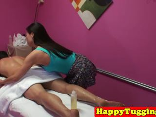Asiatico masseuse segarsi e cavalcare cliente cazzo: gratis porno 97