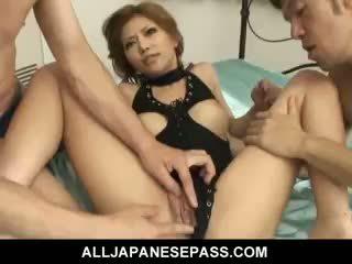 Vacker japanska flicka akane hotaru takes two cocks vid den