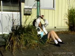 Warga asia gadis sekolah shows berambut lebat faraj