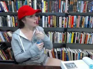 Tonårs latina i offentlig bibliotek visning off henne enormt tuttarna och massaging henne fittor