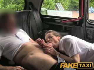 Faketaxi seksi rambut coklat middle berumur wanita di stoking dan suspenders