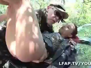 Sodomisee par deux mecs sur le bord de la маршрут