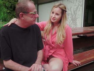 Tonårs dotter körd för disturbing steg gammal pappa från