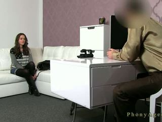 Prsnaté bruneta amatérske fucked na gauč na kásting