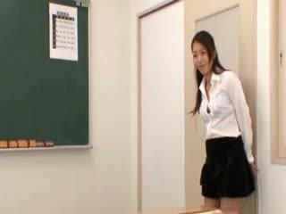 Школа вчитель gets східний грудисті licked