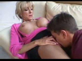 Tämä läkkäämpi naiset fucks a younger mies päällä a sohvalla