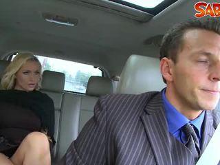 हॉर्नी widow nailed द्वारा chauffeur