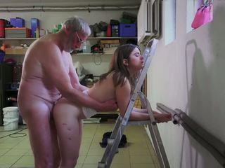 Slutty 女傭 他媽的 色情 addict 爺爺 gets 口.