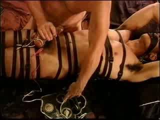 עינויים זין וביצים electro ב restrained חתיכה muscle גבר עם 2 זרע shots