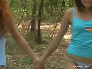 Gej kobiety wiek dojrzewania wewnątrz the las