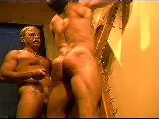Obrovský bodybuilder's muscle zadok gets an zadok whuppin' ako iba ja plechovka daj to. klip 3