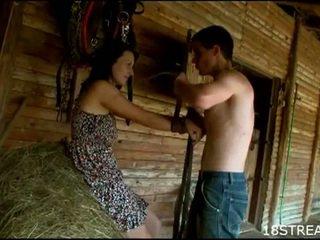 Perverssi teinit pari kovacorea seksi hauska sisään the barn