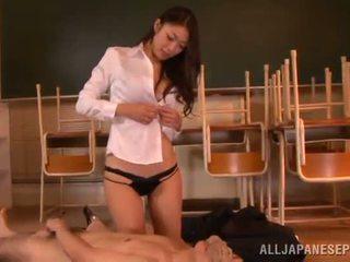 Reiko kobayaka značky von nearby ju človek a licks jeho meat palica