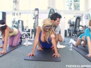 Blondin het baben gets hårdporr kön i den gym