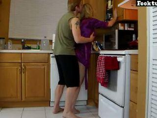 Mama lets sūnus keltuvas jos ir šlifuoti jos karštas šikna iki jis cums į jo šortai