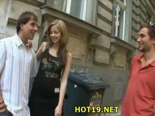 Homme looks à son copine sexe