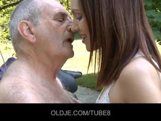 Unge russisk jente rides virkelig gammel mann