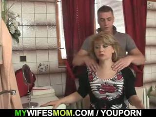 Dia cheats dengan seksi mother-in-law