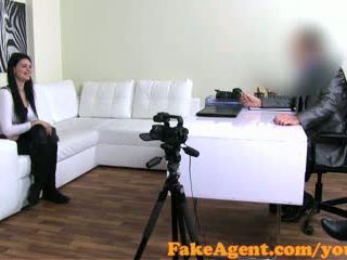 Fakeagent raven haired mėgėjiškas talked į seksas ir jizzed per į perklausa
