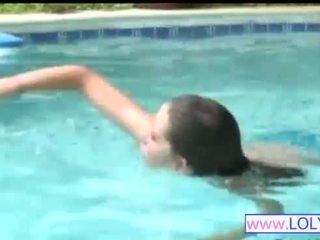 Brooke en la nadando piscina