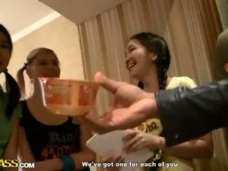 Asia kolese girls share kontol