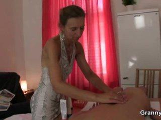 Starý masseuse gets ji chlupatý chňapnout pounded