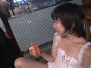 Καυτά μαμά, aoba itou, kneels να πιπιλίζουν επί ένα younger καβλί
