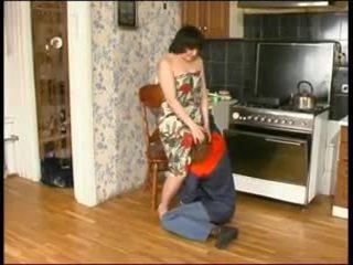 Penis di belahan dada mama dan sebuah muda plumber