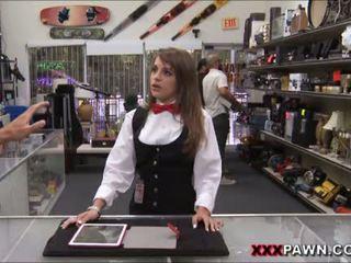 Card dealer plays ل كوك إلى extra نقد