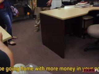 Сексуальна кубинка ціпонька sells її телебачення і трахкав на the pawnshop