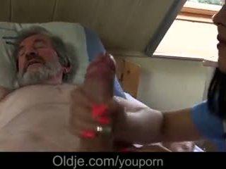 Ziek grootvader gets speciaal behandelen van jong verpleegster