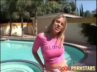 Грудаста блонди порно зірка daphne rosen teasing нам з її великий
