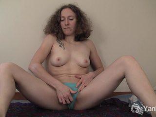 Curly haired nina seks dengan memasukkan jari dia slick quim