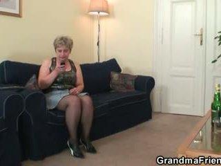 Възбуден бабичка takes two cocks при веднъж