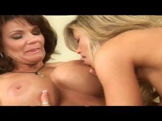 Two smēķētāji karstās pieauguša lesbiete babes kopā uz gulta