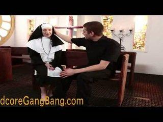 Loira freira pounded em orgia ação