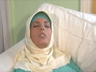 Stupéfiant muslima en hijab avec grand corps est une sexaddict